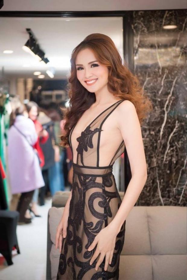 Hoa hậu Diễm Hương xuất hiện với bộ cánh voan lưới nổi bật.