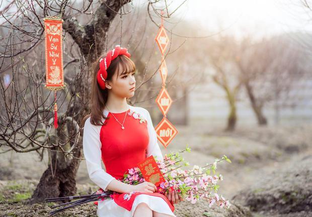 Một bộ áo dài đỏ, thêm vài phụ kiện như câu chúc, bó hoa là các cô gái đã có ảnh đón Tết cực xinh rồi. (Ảnh: Phạm Nghĩa)