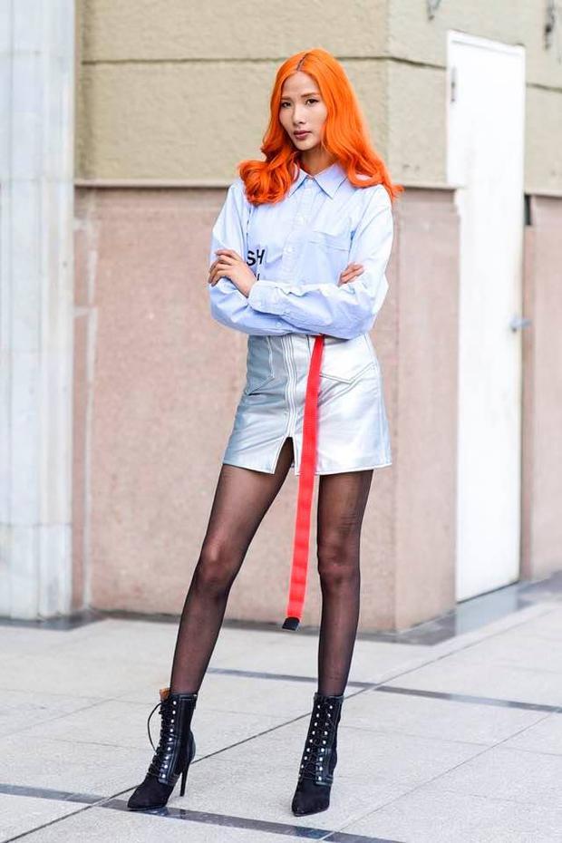 Hoàng Thuỳ cá tính với mái tóc được nhuộm cam cùng gout thời trang cực chất trong vai trò người mẫu.