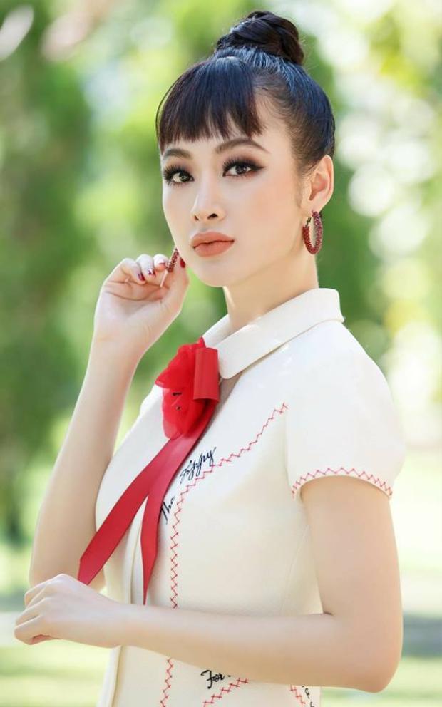 Trong khi đó, Angela Phương Trinh cũng nổi bật không kém khi cô cũng chọn kiểu tóc tương tự. Nhưng người đẹp 9X tạo thêm phần mái ngố để tăng thêm sự khác lạ.