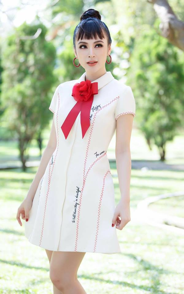 """Angela Phương Trinh chọn phong cách trang điểm khá đậm. Chính vì vậy khi so sánh với Chi Pu cô có vẻ """"dừ"""" hơn rất nhiều."""