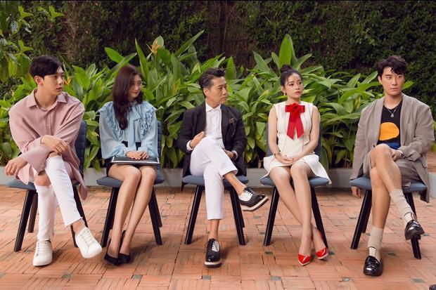 Chi Pu chọn đôi giày cao gót khá ăn rơ với chiếc thắt nơ của trang phục.
