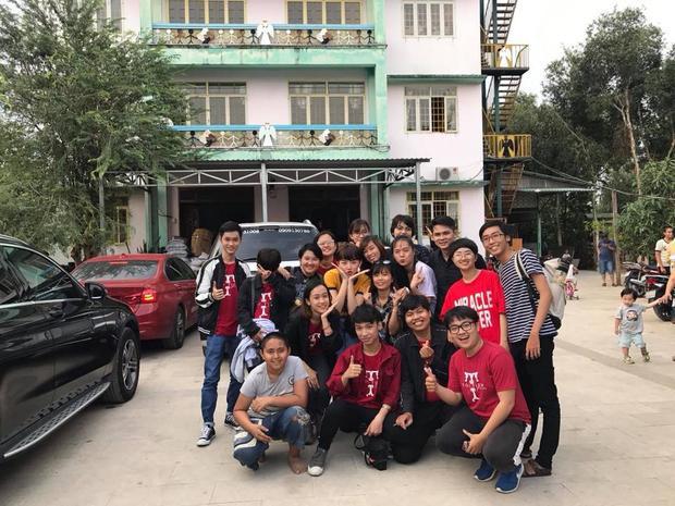 Tóc Tiên và FC đến thăm các em nhỏ mồ côi ở một trung tâm bảo trợ trẻ em.