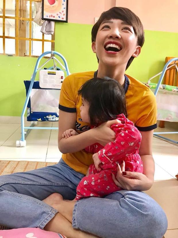Tóc Tiên giản dị đến thăm trẻ em mồ côi cùng fan