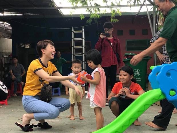 Giọng ca Em không là duy nhất vui vẻ cười đùa với các em nhỏ mồ côi trong chuyến ghé thăm lần này.