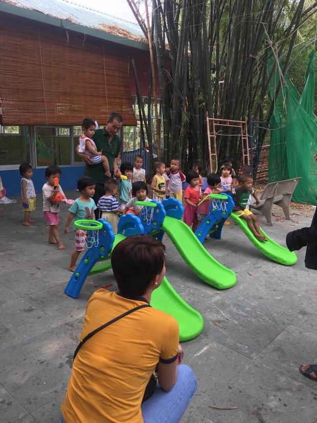 Nữ ca sĩ gốc Sài thành ăn vận giản dị, ngồi chơi đùa cùng các em.