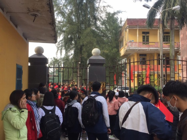 Hàng nghìn người hâm mộ Hải Dương đã đổ về đây để được chụp ảnh, xin chữ ký những thần tượng của mình.