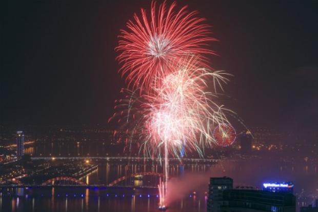 Pháo hoa trên sông Hàn. Ảnh: Nguyễn Đông.