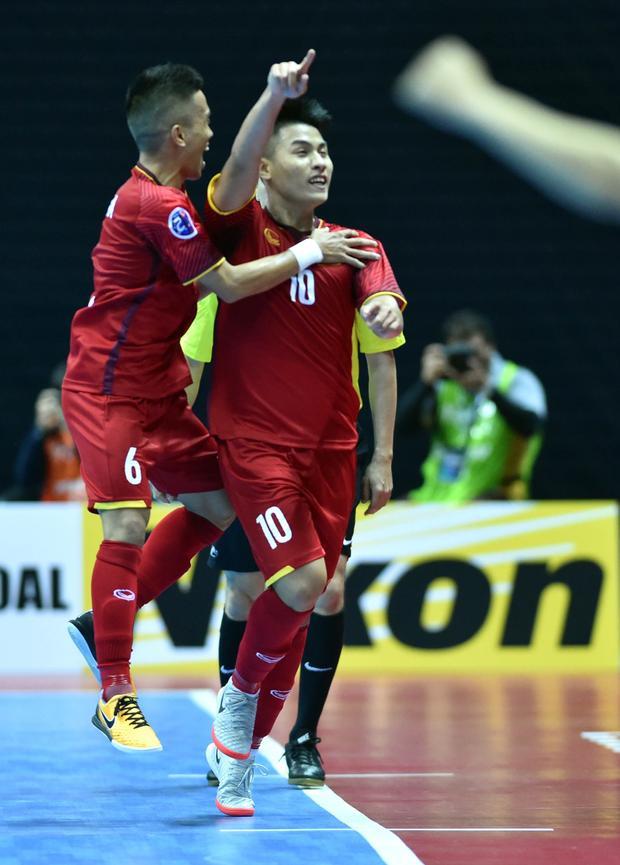 Đến phút cuối cùng của hiệp 1, Vũ Đức Tùng đã không phụ lòng người hâm mộ Việt Nam có mặt tại Đài Loan bằng một pha qua người đẹp mắt, trước khi sút chéo góc mở tỉ số cho tuyển futsal Việt Nam.