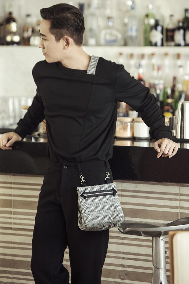 Sử dụng trang phục tông đen cổ điển, Hứa Vĩ Văn vẫn không hề gây nhàm chán khi phối cùng túi cố định ở đỉa quần lạ mắt.