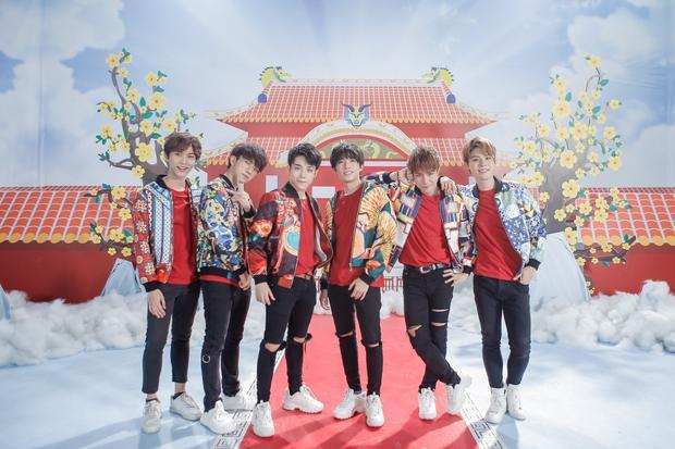 6 chàng trai Uni5 rạng rỡ trong MV Tết.