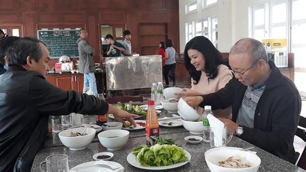 HLV Park Hang Seo dùng bữa sáng cùng bầu Đức. Ông thầy người Hàn Quốc được mời thưởng thức món phổ khô Gia Lai. Ông Park đến Gia Lai vào tối hôm qua 1/2. HLV Park Hang Seo sẽ dự lễ mừng công ở sân Thống Nhất, trước khi trở về Hàn Quốc thăm gia đình.