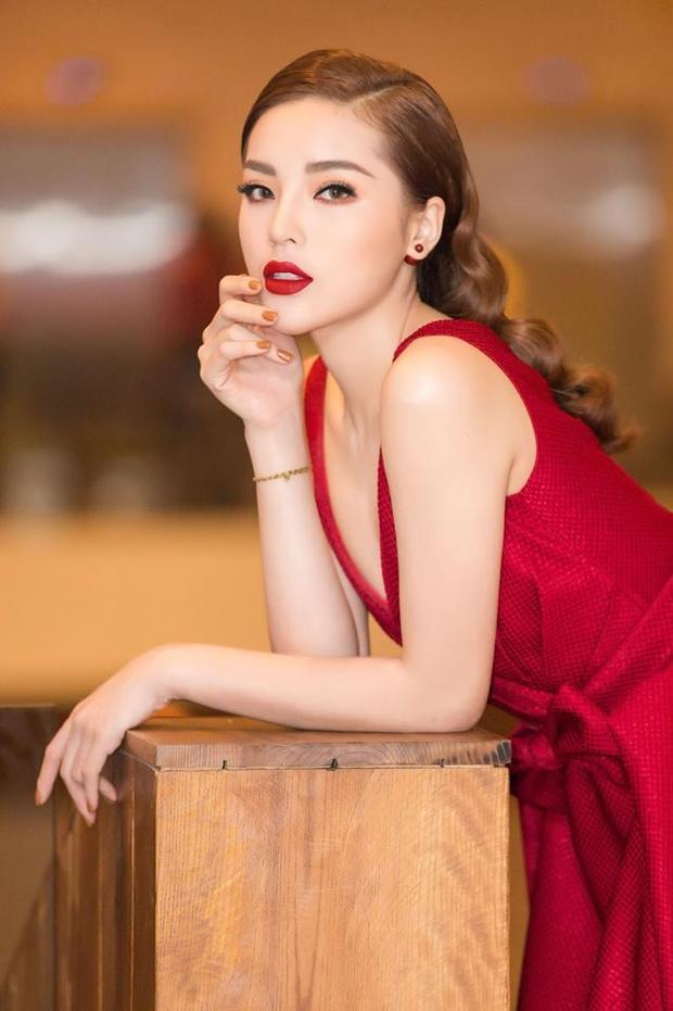 Mới đây, Duyên đã trưng màu móng tay này cùng bộ váy màu đỏ rực rỡ. Nàng hậu thực sự nổi bật trong sự kiện vì sự kết hợp táo bạo những gam màu nóng.