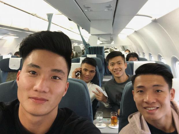 Hậu vệ Bùi Tiến Dũng, Phan Văn Đức, thủ môn Nguyễn Văn Hoàng, Xuân Mạnh trên chuyến bay vào TP.HCM ngày 2/2.