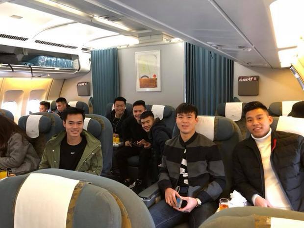 """Trên facebook cá nhân, Hà Đức Chinh viết: """"Sài Gòn ơi, anh em tôi đến đây"""". Có thể thấy tiền đạo U23 Việt Nam đang rất phấn chấn."""