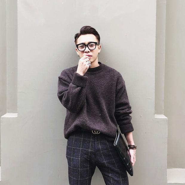 """Stylist Hoàng Ku sang chảnh trong áo sweater và quần âu kẻ sọc . Chiếc thắt lưng Gucci có lẽ là """"vật bất ly thân"""" đối với anh chàng stylist này."""