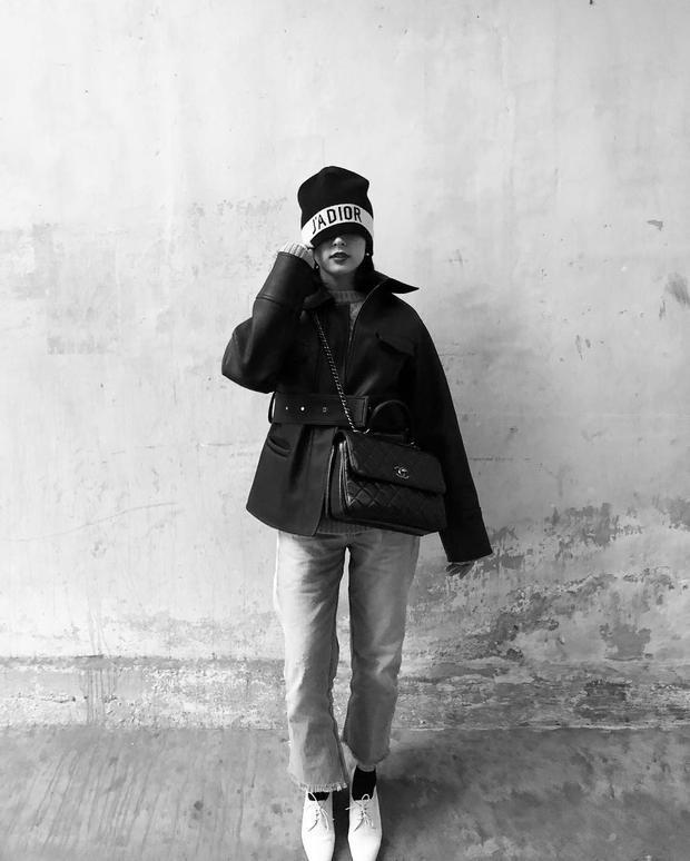 """Rất ít khi khoe street style nhưng mỗi lần khoe thì Hạ Vỵ chắc hẳn sẽ khiến fan hâm mộ choáng ngợp với độ """"chịu chơi"""" của mình. Người đẹp phụ kiện từ Dior và túi xách Chanel để """"nâng cấp"""" cho set đồ."""