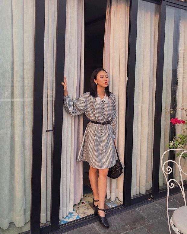 Quỳnh Anh Shyn hoá quý cô cổ điển với váy mini caro đen trắng và phối cổ áo peter pan. Tiết chế khi chỉ chọn phụ kiện màu đen giúp cho outfit không bị rối mắt.