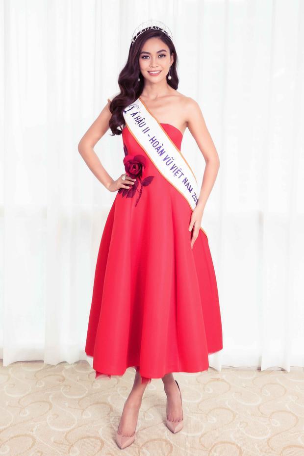 Mâu Thủy cũng lựa chọn 1 chiếc váy đỏ cúp ngực tùng xòe, có điểm nhấn cành hoa hồng ngay eo.