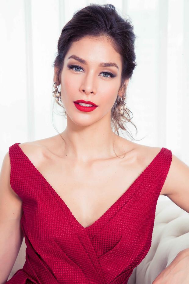 Chưng diện sắc đỏ nổi bật, Dayana Mendoza khiến khán giả không khỏi rời mắt.