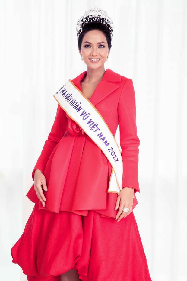 H'Hen Niê cũng lựa chọn khoe sắc vóc trong chiếc váy đỏ rạng rỡ, có thiết kế xòe bồng.