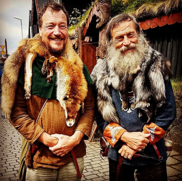 """Lễ hội đốt lửa truyền thống của người Viking là sự kiện thường niên, được tổ chức vào giữa mùa đông, kỷ niệm thời kỳ tổ tiên của người Viking ở Bắc Âu thống trị quần đảo Shetland (hiện nay thuộc Scotland). Lễ hội bắt đầu từ năm 1870. Trong 5 ngày lễ hội, du khách sẽ có cơ hội """"quay ngược thời gian"""" và đắm chìm trong cuộc sống của người Viking. Họ có thể mua dụng cụ truyền thống, tham gia nhiều cuộc hội thảo về thủ công và kỹ năng chiến đấu. Trời tối cũng là lúc phần thú vị nhất của lễ hội được bắt đầu với những trận đánh, màn khiêu vũ và tiệc tùng tại các nhà hàng cổ đại đích thực."""