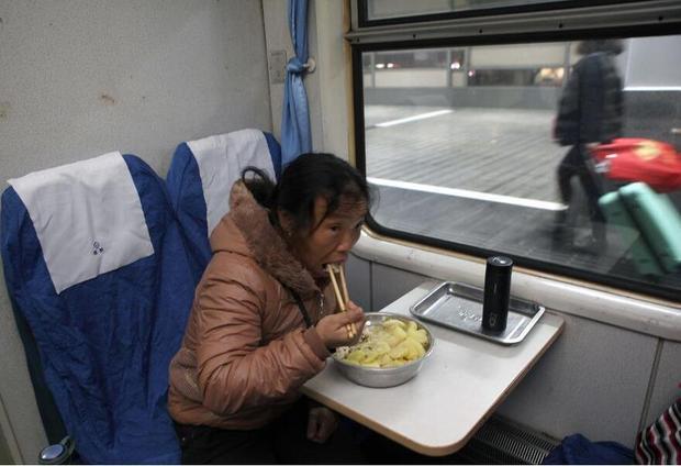 0:30 phút sáng, hành khách mới có thể ngồi yên thưởng thức bữa cơm tối đạm bạc trên tàu.