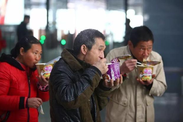 Ai cũng muốn được ăn ngon nhưng vì muốn tiết kiệm chi phí hoặc điều kiện nghỉ ngơi, các hành khách chọn mì tôm hay bắp ngô để ăn qua bữa.