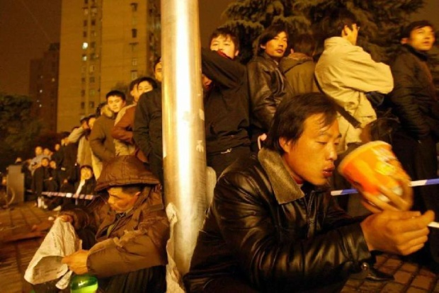 Trong những ngày này, từ sảnh ga tàu, vỉa hè, hình ảnh người dân ngồi ăn mì tôm chẳng có gì xa lạ và khó kiếm.
