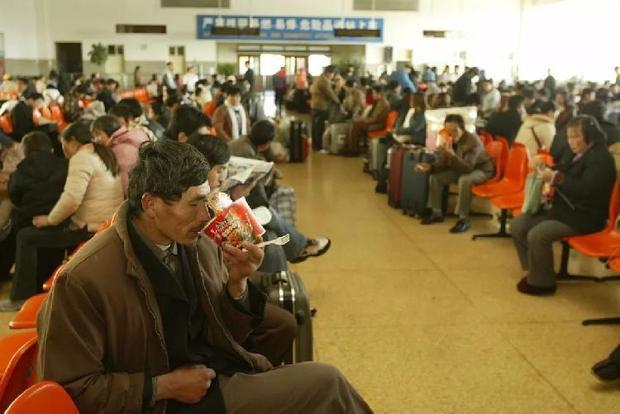 Một vài người đang tranh thủ ăn trong lúc chờ tàu.