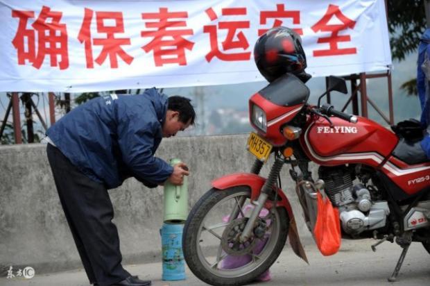 Ngoài mì tôm, phích nước nóng là thứ không thể thiếu trong hành trang của những người lao động trên đường về quê nhà.