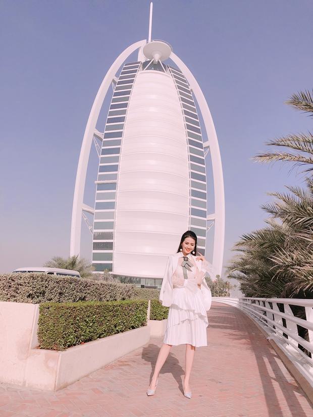 """Trong chuyến du lịch Dubai, Phan Thị Mơ diện cả cây trang phục tông trắng tạo nên sự nhẹ nhàng cho người đẹp. Cách kết hợp khéo léo khiến tổng thể không bị quá """"bánh bèo"""", quê kiểng mà lại trở nên sang trọng, nữ tính."""