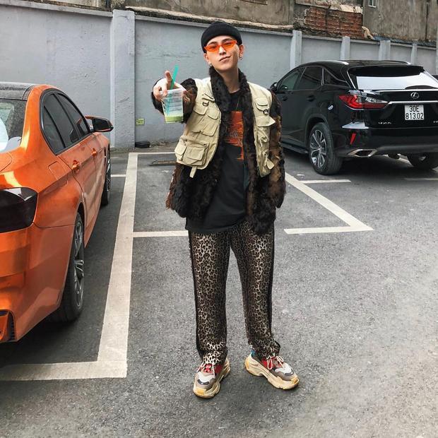 Decao lại vô cùng chất, ngầu với outfit phối layer này. Cái hay của anh chàng fashionisto là sử dụng các items nhiều họa tiết nhưng phối lại với nhau cực kì thông minh, không hề gây rối mắt.
