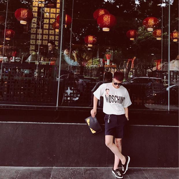 Duy Khánh Zhou Zhou xuống phố với set đồ gồm áo phông và quần short trẻ trung, trông đơn giản là thế nhưng chỉ riêng chiếc áo phông Moschino cùng clutch Fendi mà anh chàng đang cầm trên tay đã đủ khiến các tín đồ thời trang trầm trồ ngưỡng mộ.