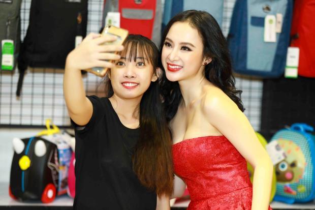 Nhiều khách hàng nhận ra hai mỹ nhân nổi tiếng của Vbiz đã đến bày tỏ sự yêu thích và xin chụp ảnh chung.