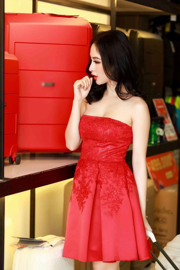 Tại sự kiện, Angela Phương Trinh đã chọn cho mình một số mẫu mà cô yêu thích bấy lâu vừa để làm phong phú tủ vali hoành tráng, vừa để chuẩn bị cho cuộc hành trình dài trong năm 2018 với những dự án bất ngờ dành riêng cho người hâm mộ.