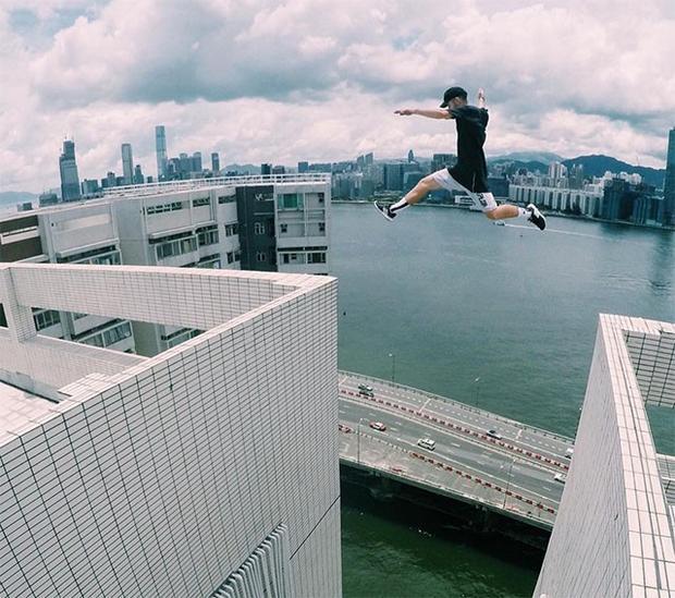 Cú nhảy ngoạn mục giữa hai tòa nhà cao tầng.