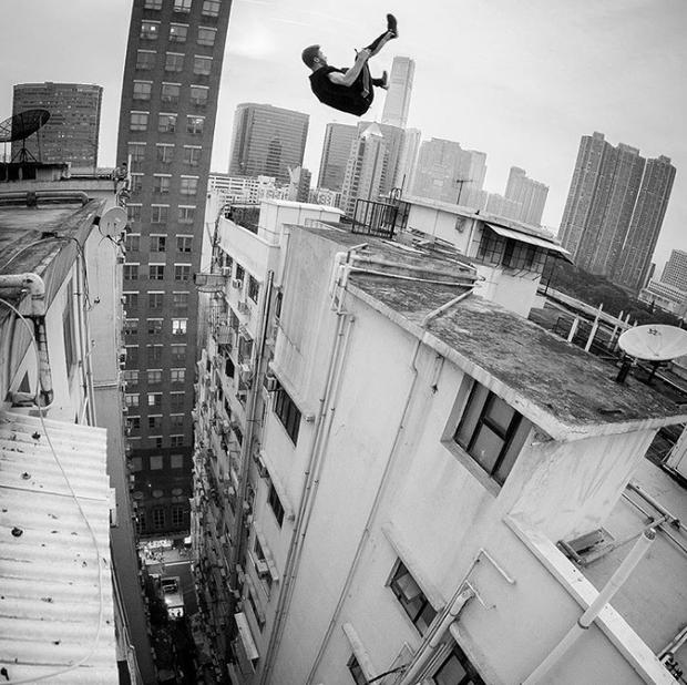 Một pha nhào lộn ngoạn mục ở trên không ngay trên những tòa nhà cao tầng, nơi ranh giới giữa sự sống và cái chết rất mong manh.