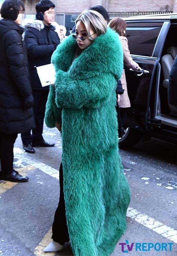 CL nổi bần bật với áo khoác lông to sụ.