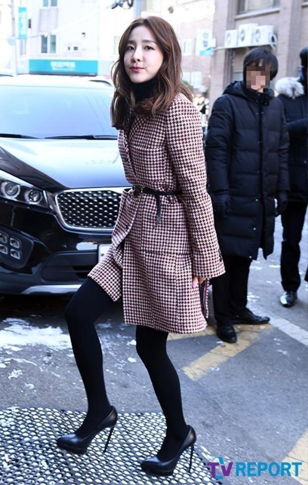 Dara trẻ trung đến tham dự hôn lễ của đàn em cùng công ty.