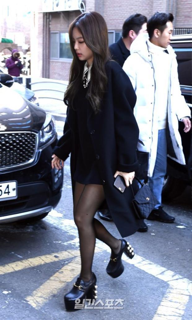 """BLACKPINK Jennie gây ấn tượng với đôi giày đen """"khủng""""."""