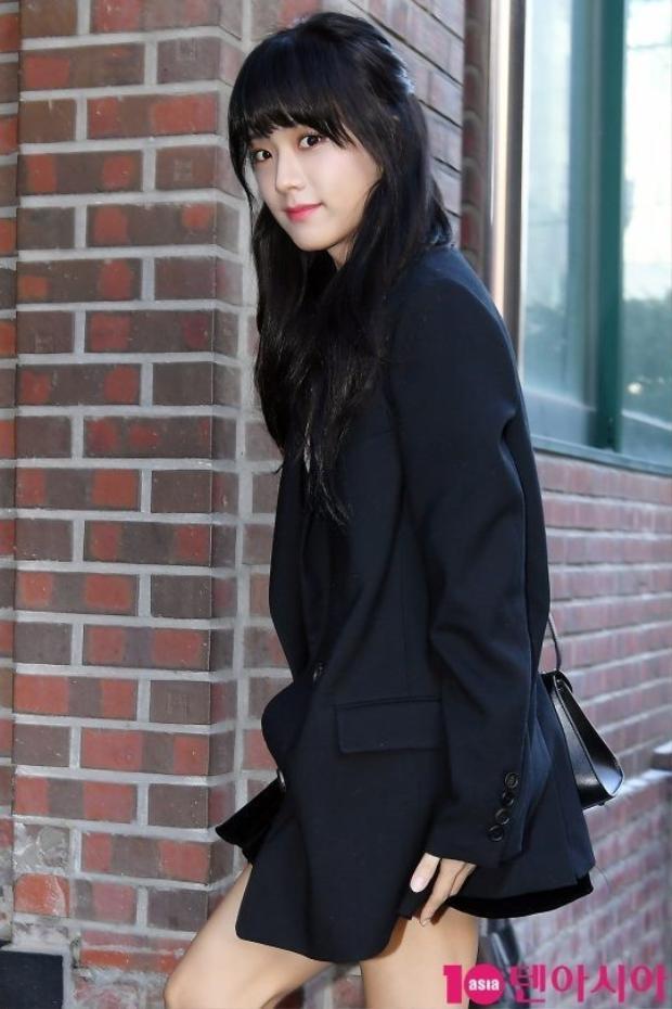 BLACKPINK Jisoo hiền lành với mái tóc được nhuộm đen.