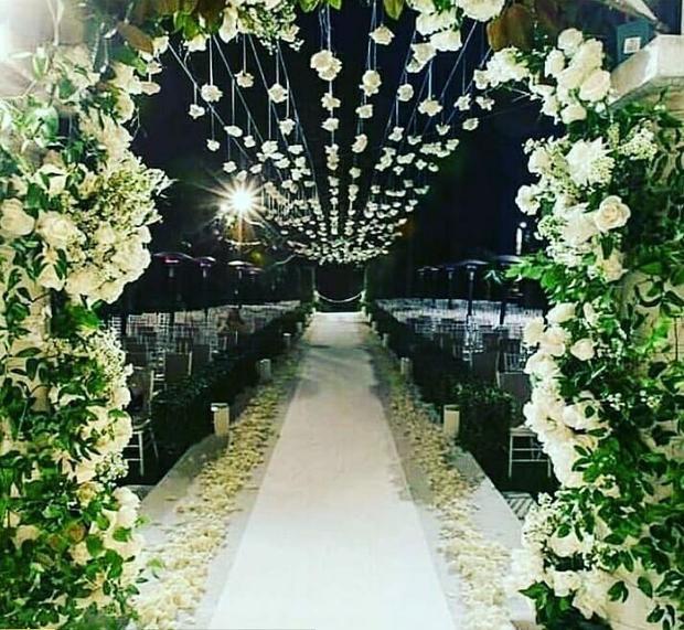Không gian bên trong tiệc cưới.