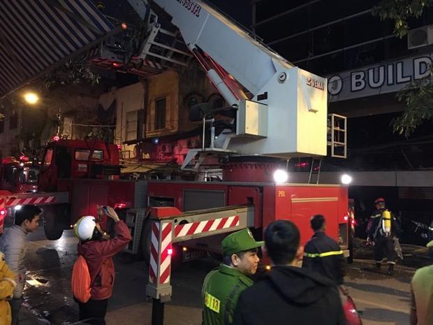 Lực lượng chức năng có mặt tại hiện trường để chữa cháy.