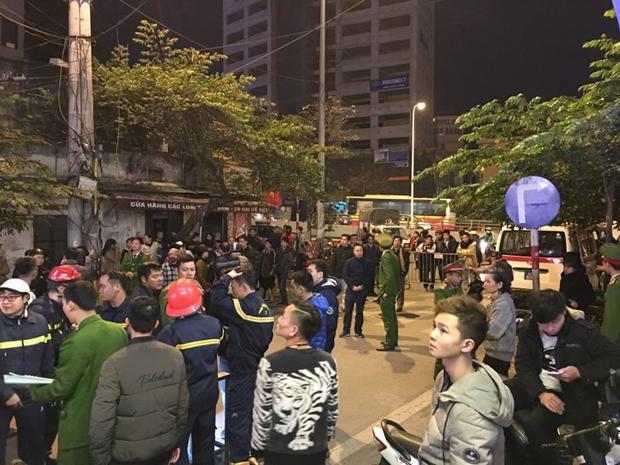Nhiều người dân tò mò tập trung đông tại hiện trường vụ cháy.
