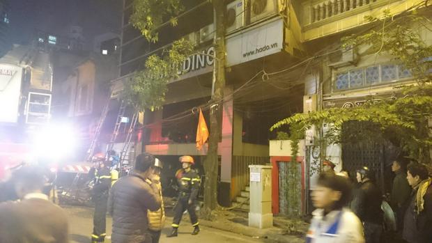 Nhiều người ở trong tòa nhà phải đập cửa kính trèo ra ngoài thoát xuống đất.