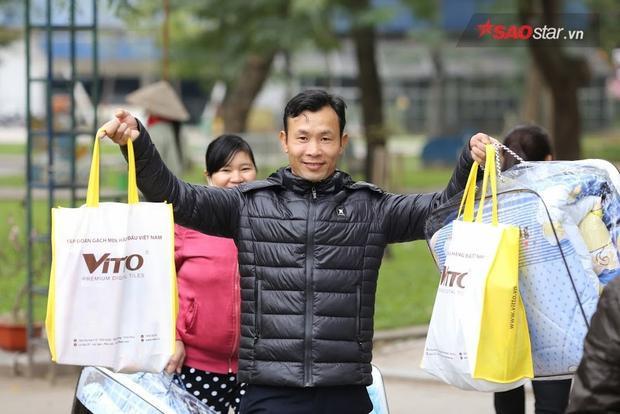 Sau phiên chợ, những người nghèo vui vẻ ra về với một cái tết ấm no hơn.
