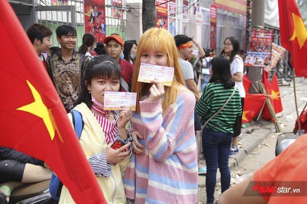 Hai cô gái may mắn sở hữu những tấm vé ở khu vực fanzone dưới sân gần với cầu thủ nhất.
