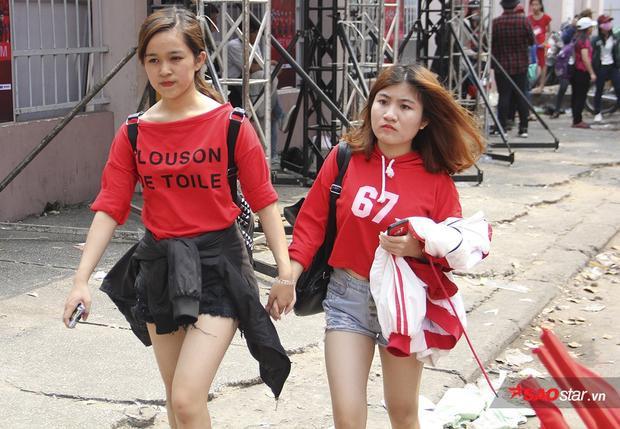 Một điều đặc biệt khi đa số lại là các cô gái. Có thể nói từ rất lâu rồi, bóng đá Việt mới được chứng kiến cảnh các fan nữ cưng cầu thủ còn hơn sao ca nhạc Hàn Quốc.