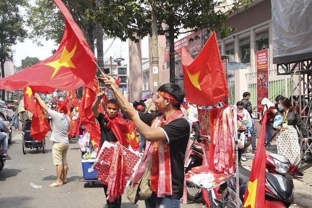Dàn fan nữ xinh đẹp khoe sắc trước giờ giao lưu cùng U23 Việt Nam